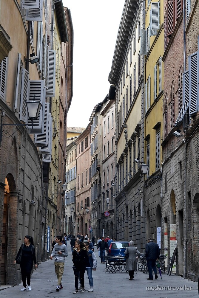 Busy street in Siena, Tuscany by moderntraveller