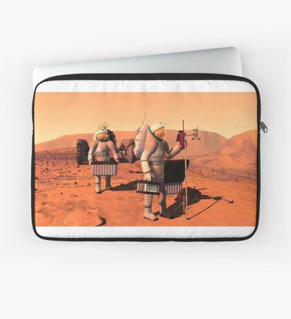 Das Konzept des Künstlers von den Astronauten, die Wetterüberwachungsausrüstung auf Mars errichten. Laptoptasche