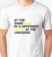 Camiseta unisex Al mismo tiempo, en un lugar diferente en el universo {FULL}