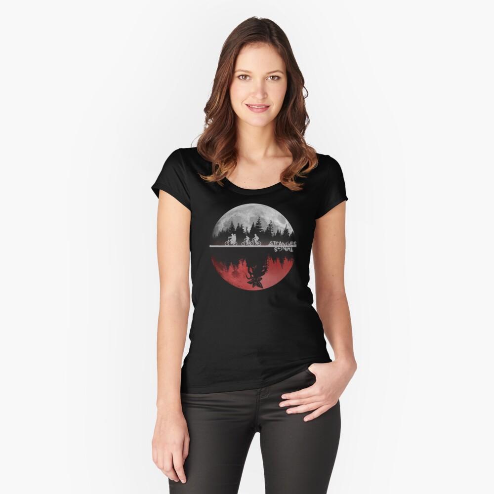 Fremde Dinge Tailliertes Rundhals-Shirt für Frauen Vorne