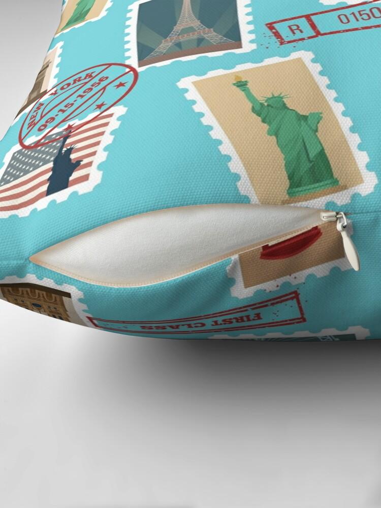 Alternative Ansicht von Reise-Briefmarken-nahtloses Muster: USA, New York, London, Paris Dekokissen
