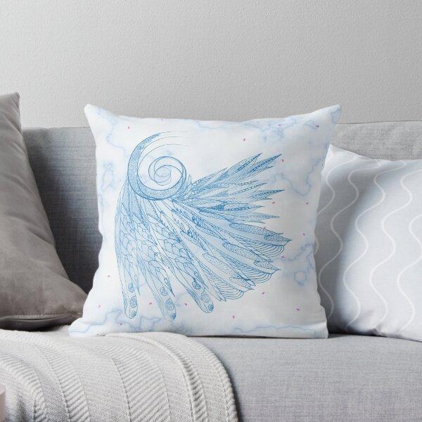 Schöne Federn auf blauem Marmor Design Dekokissen
