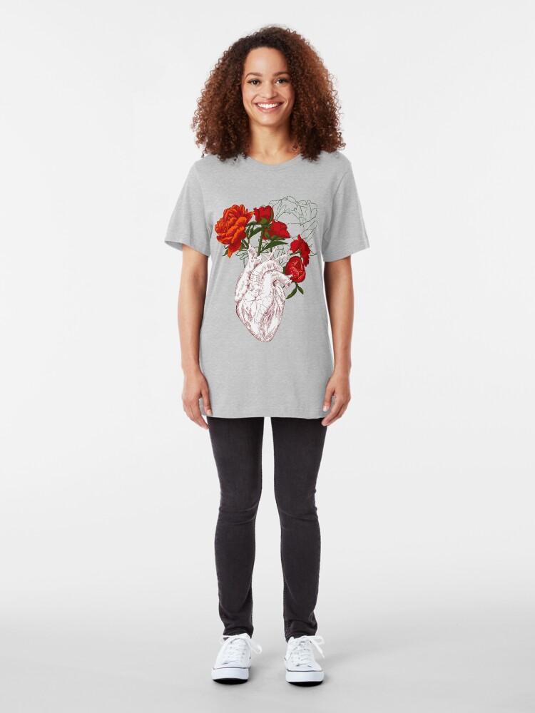 Vista alternativa de Camiseta ajustada dibujo corazón humano con flores