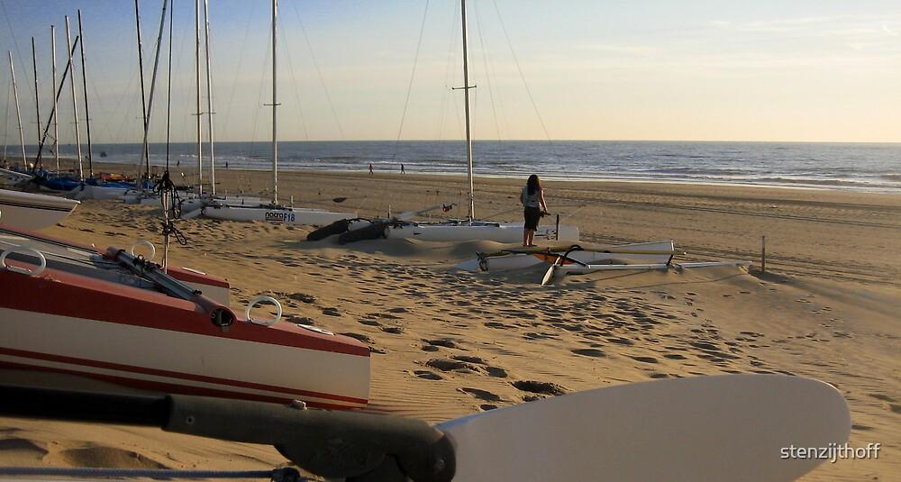 Zeilboten op het strand by stenzijthoff