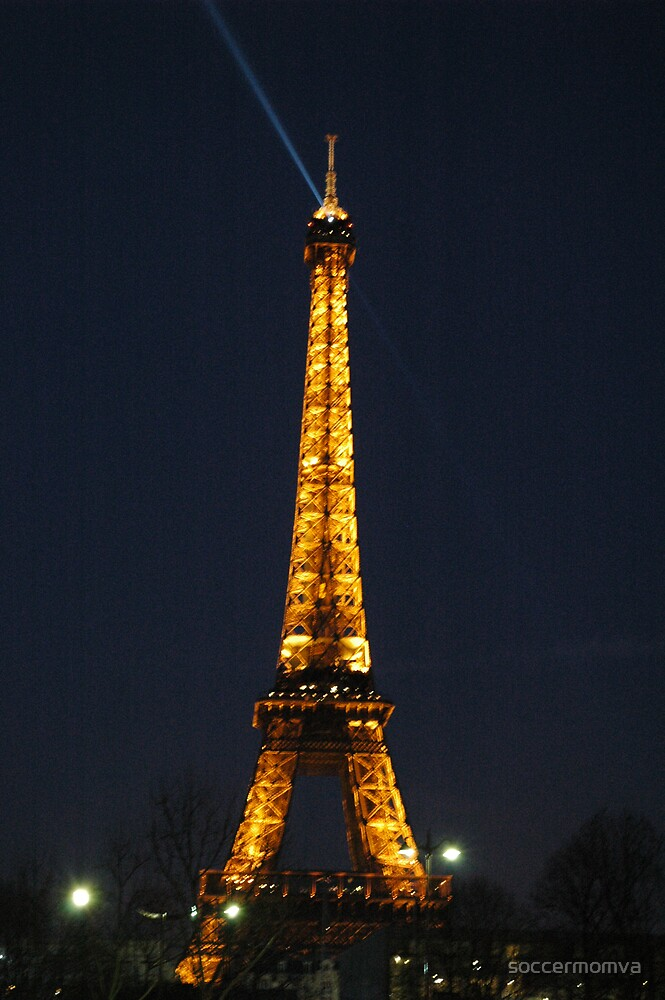 The Effile Tower at night by soccermomva