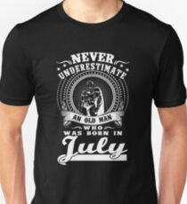 Old man who was born in july T-shirt Unisex T-Shirt