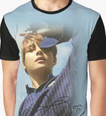 Camiseta gráfica V BTS con firma