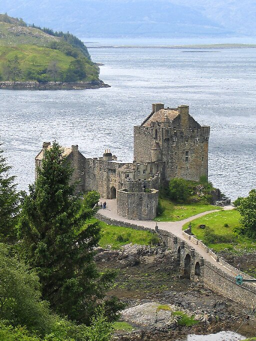 Eileen Donan Castle by John  Simmons