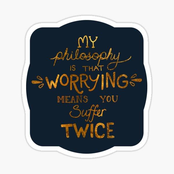 Mi filosofía es que preocuparse significa que sufres dos veces la tipografía (versión dorada) Pegatina