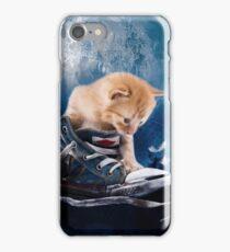 Süßes Kätzchen spielt in Turnschuhen iPhone Case/Skin