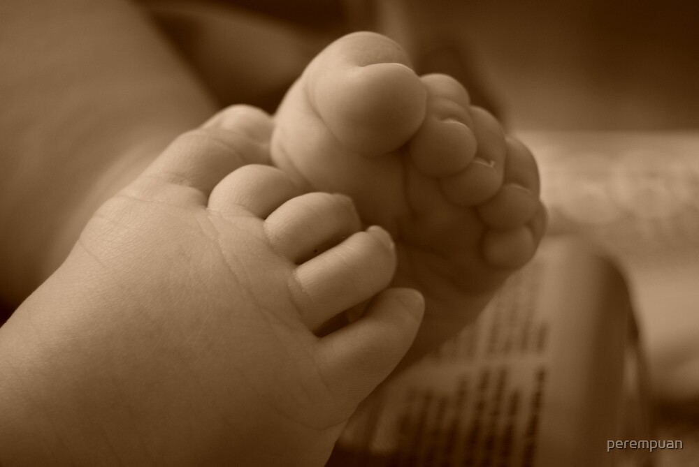 Little feet of a little girl by perempuan