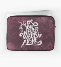 Du gehst nie alleine - BTS - weißer Text (AESTHETIC auf Pink) Laptoptasche