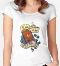 Camiseta entallada de cuello ancho Cuidado con el Smiling Dungeon Master