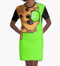 Ein orange Spitz spielt einen Tennisball. Hund und Ball T-Shirt Kleid