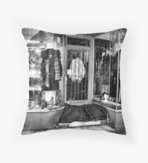 Architektur der Obdachlosigkeit II Throw Pillow