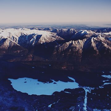 Precioso lago de montaña con nieve de TravelDream