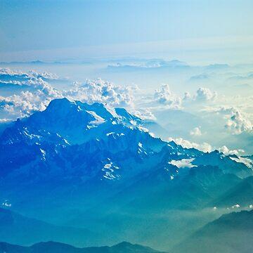 Vista aérea de las montañas Cielo azul nubes de TravelDream