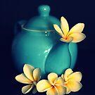 Blaue Teekanne und Frangipanis von Evita