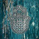 «Silver Hamsa Hand On Turquoise Wood» de maryedenoa