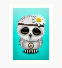 Nettes Baby Snowy Owl Hippie auf Blau Kunstdruck