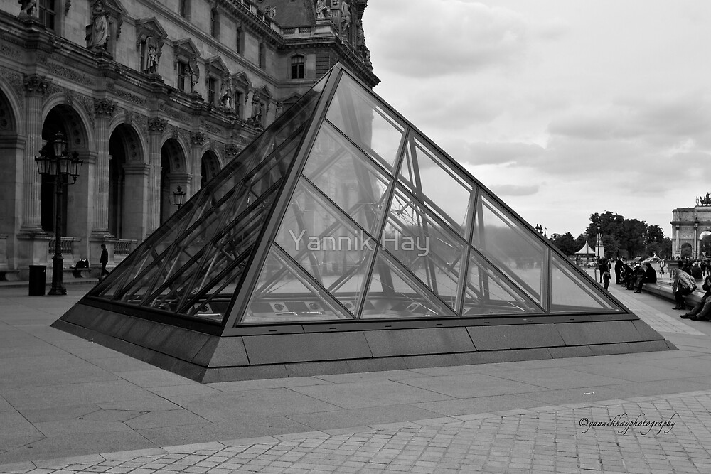 Musee du Louvre - Cour Napoléon - Paris - Black and White by Yannik Hay