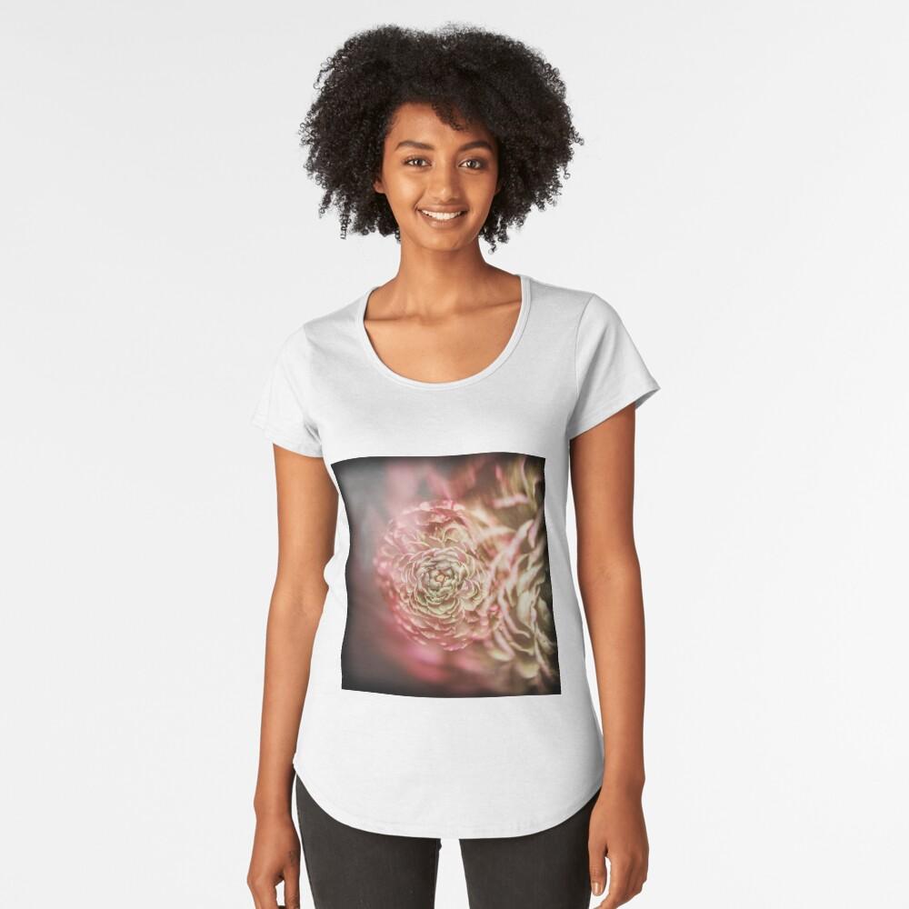 Flores de bellas artes Camiseta premium de cuello ancho