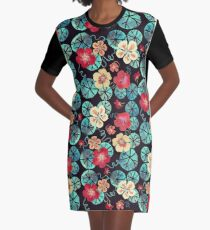 Aquarell Garten Kapuzinerkressen. Dunkles Blumenmuster T-Shirt Kleid