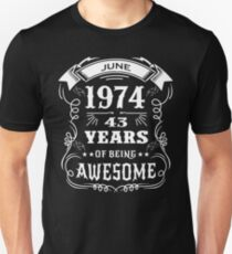 43th Birthday Gift Born in June 1974, 43 years of being awesome Unisex T-Shirt