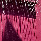 Cooles Wasserspiel auf Pink von Celeste Mookherjee