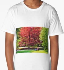 Autumnal romance, lovers embracing under red leaves Long T-Shirt