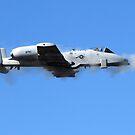 Ein Pilot in einer A-10 Thunderbolt II feuert die 30-mm-Kanone des Flugzeugs. von StocktrekImages