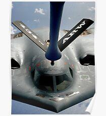 Ein B-2 Spirit-Flugzeug, das in Position kommt, um von einem KC-135 Stratotanker über dem Pazifik zu tanken. Poster