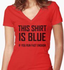 Camiseta entallada de cuello en V Esta camisa es azul, si corres rápido Bastante - divertida broma de física