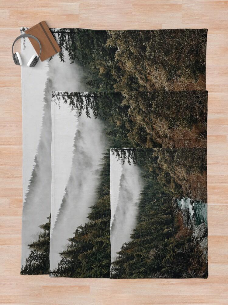 Alternative Ansicht von Fluss im Wald Fleecedecke