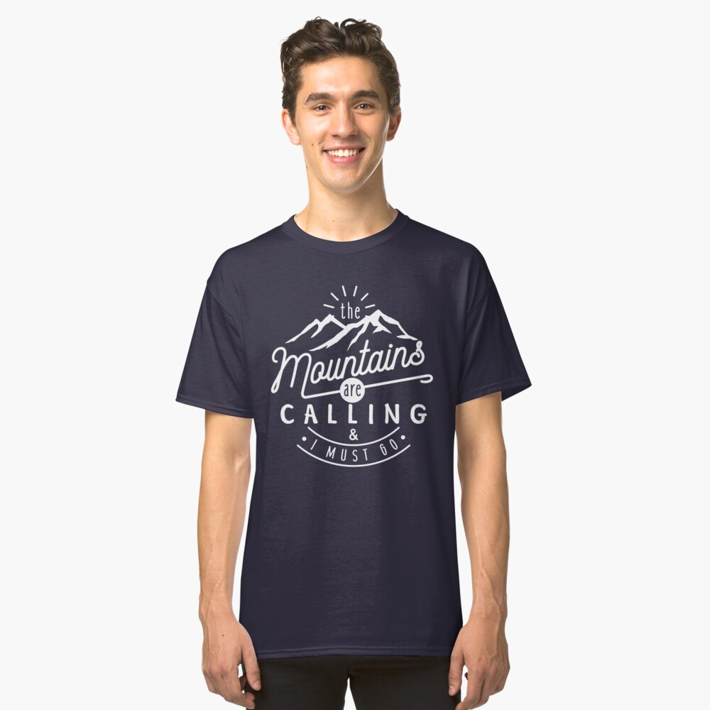 Camiseta clásicaLas montañas están llamando y debo irme Delante