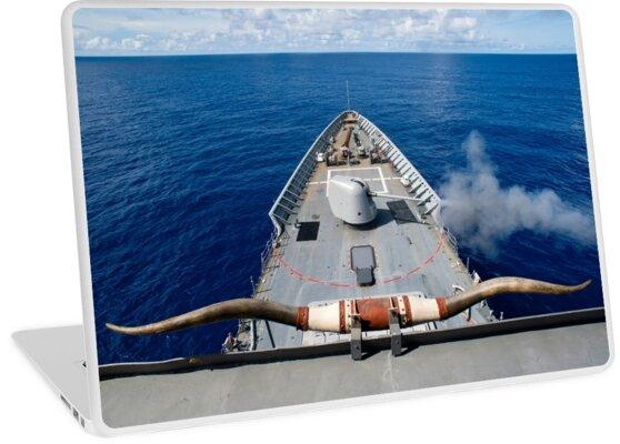 'USS Cowpens dispara su arma Mk 45 Mod 2 ' Vinilo para portátil by  StocktrekImages