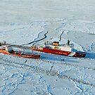 USCG Healy bricht Eis um einen russischen Tanker südlich von Nome, Alaska. von StocktrekImages
