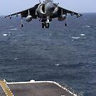 Ein AV-8B Harrier II bereitet sich darauf vor, auf dem Flugdeck der USS Nassau zu landen. von StocktrekImages