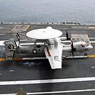 Ein E-2C Hawkeye macht eine verhaftete Landung an Bord der USS George Washington. von StocktrekImages