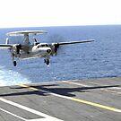 Ein E-2C Hawkeye nähert sich dem Flugdeck der USS Dwight D. Eisenhower. von StocktrekImages