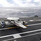 Ein E-2C Hawkeye führt eine Touch-and-Go-Landung an Bord der USS Dwight D. Eisenhower durch. von StocktrekImages