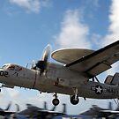 Ein E-2C Hawkeye landet auf dem Flugzeugträger USS George HW Bush von StocktrekImages