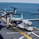 MV-22 Osprey tiltrotor Flugzeug auf dem Flugdeck von USS Kearsarge. von StocktrekImages