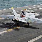 Eine Super Hornet F / A-18F fängt einen Fangdraht auf dem Flugdeck der USS Abraham Lincoln ein. von StocktrekImages