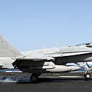 Eine F / A-18C Hornet landet auf der USS Abraham Lincoln. von StocktrekImages