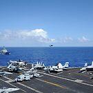 Flugzeug auf dem Flugdeck des Flugzeugträgers USS Nimitz angeordnet. von StocktrekImages