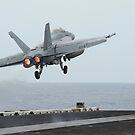 Eine F / A-18F Super Hornet, die von der USS Nimitz startet. von StocktrekImages
