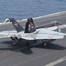 Eine F / A-18E Super Hornet landet auf dem Flugdeck der USS Nimitz. von StocktrekImages