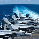 F / A-18 Super Hornets auf dem Flugdeck der USS George HW Bush. von StocktrekImages