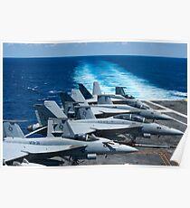 F / A-18 Super Hornets auf dem Flugdeck der USS George HW Bush. Poster